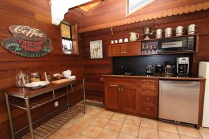 motel-inverness-great-room-kitchenette